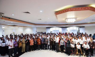 Para atlet berprestasi berfoto bersama usai menerima SK CPNS di Wisma Kemenpora, Senayan, Jakarta, Selasa (2/4). (Foto: Kemenpora)